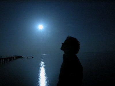 ночь, человек, луна, ее отблеск на воде