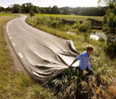 человек прокладывает дорогу новых иллюзий
