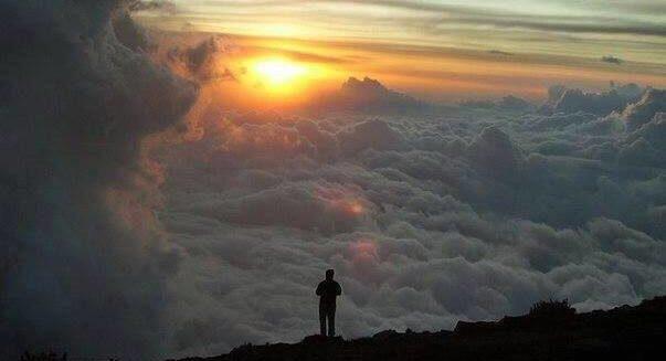 человек на горе выше облаков