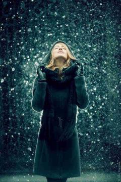 девушка ловит снежинки
