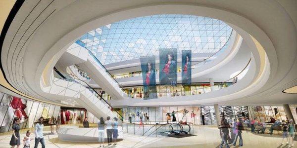 Просторный зал с круговыми лестницами и стеклянным потолком. Много людей