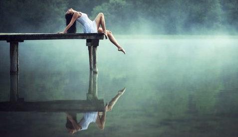 женщина на мостках над рекой