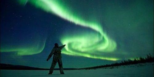человек смотрит на северное сияние