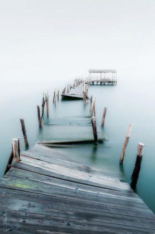 развалившиеся мостки на реке в тумане
