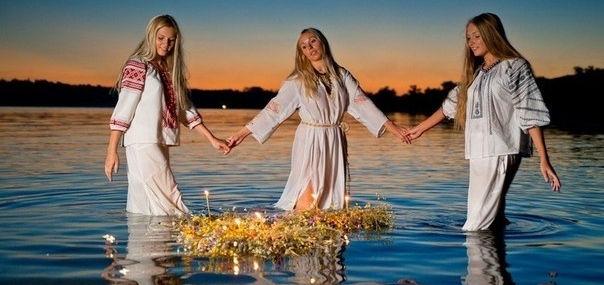 девушки отправляют венок по реке
